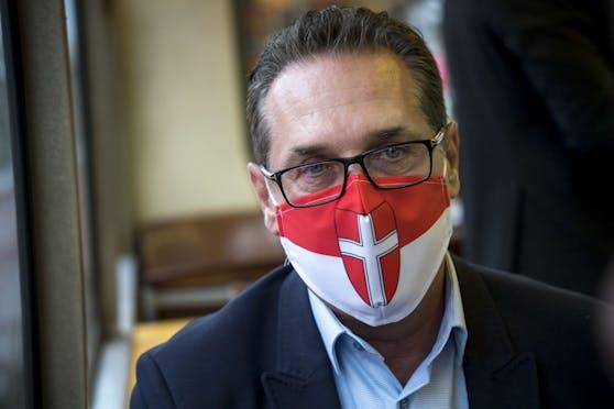 Großer Maskenfreund ist Heinz-Christian Strache nicht. Für den Öffi Talk hat er sich aber eigens eine Wien-Maske zugelegt.