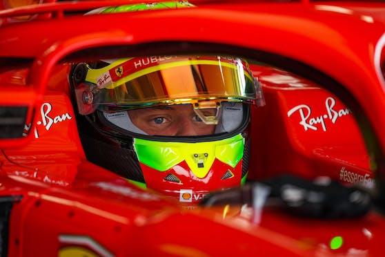 Mick Schumacher sitzt im Ferrari.