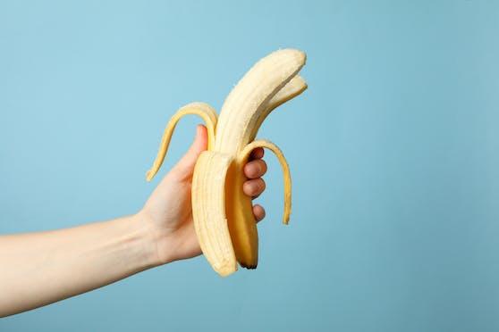 Der Reifeprozess von Bananen kann ganz einfach mit Frischhaltefolie und Klebeband aufgeschoben werden.