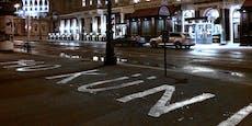 Links-Partei beschmiert die Straße vor dem Hotel Sacher