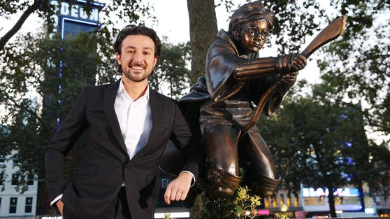 """Als eingefleischter """"Harry Potter""""-Fan durfte TV-Moderator Alex Zane die Bronze-Statue des Zauberschülers enthüllen."""