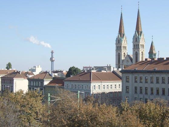 Blick vom Gürtel über den Alsergrund (Canisiuskirche und Spittelau)