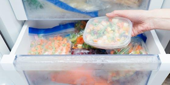 Gefrorenes Gemüse in einer Tiefkühltruhe. Symbolbild