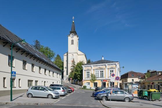 """Der Kalksburger Kirchenplatz mit der Pfarrkirche """"Zum heiligen Petrus in Ketten"""" in Wien-Liesing."""