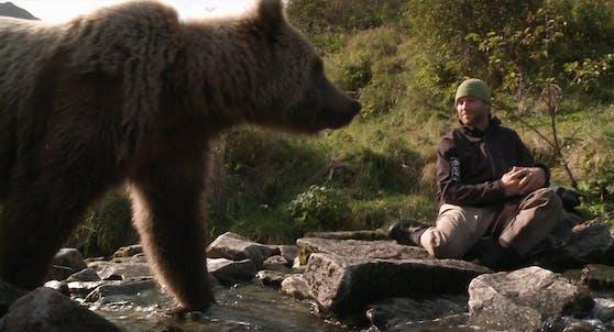 Bei seiner Reise in das Reich der Grizzly-Bären kommt Filmemacher Roman Droux (re.) den zotteligen Riesen besonders nahe.