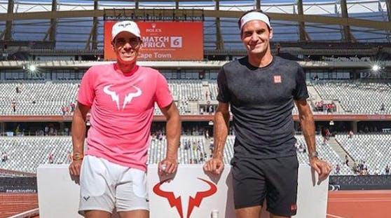 Roger Federer gratuliert Rafael Nadal.