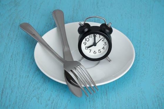 Seit einigen Jahren wird Intervallfasten als heiliger Gral der Ernährung inszeniert und auch in der Fachwelt erfreut sich die Ernährungsweise großer Beliebtheit. Doch ist sie vielleicht vielmehr ein individuell brauchbares Phänomen?