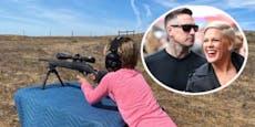 Fans empört: Pinks Ehemann bringt Kids das Schießen bei
