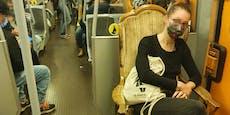 Frau fuhr mit eigenem, antikem Sessel in Wiener U-Bahn