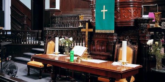 Der Priester hatte auf einem Altar Sex mit zwei Frauen.