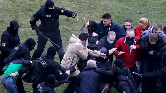 Die Polizei in Weißrussland hat den Demonstranten gegen Staatschef Alexander Lukaschenko mit dem Einsatz von Schusswaffen gedroht.