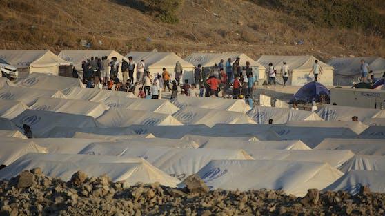 7.400 Menschen befinden sich derzeit im provisorischen Lager in Kara Tepe.
