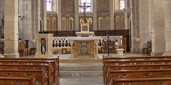 Ein Passant erwischte einen Pfarrer dabei, wie er auf dem Altar Sex mit zwei Frauen hatte. (Symbolbild)