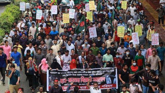 """Tausende Demonstranten skandierten """"hängt die Vergewaltiger"""" und """"keine Gnade für Vergewaltiger""""."""