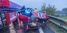 Ferrari kracht auf A2 nach Wien in Leitschiene