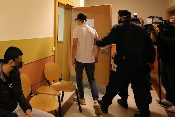 Der junge Tschetschene (m.) wurde der Richterin vorgeführt.