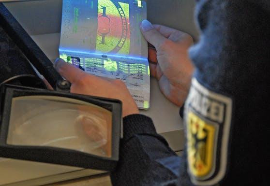 Ein irakischer Pass wird von der deutschen Polizei kontrolliert. Symbolbild