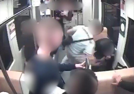 Wie das Video an die Öffentlichkeit gelangte, ist nicht bekannt.