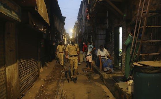 Eine Polizeistreife in einer Gasse des Dharavi-Slums in Mumbai. Symbolfoto