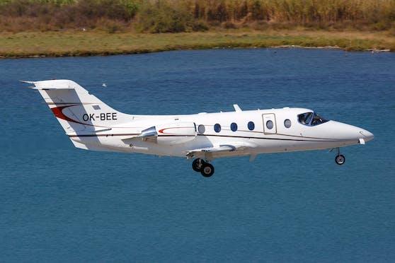 Ein Privatjet vom Typ Hawker Beechcraft 400A im Landeanflug auf die Insel Korfu. Symbolbild