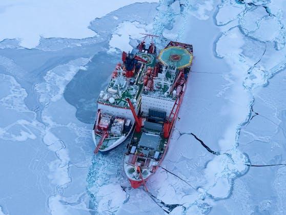 """Die """"Polarstern"""" driftete angedockt an eine Eisscholle mit."""