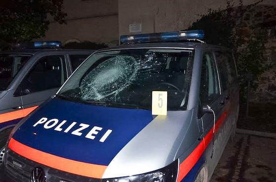 Der stark alkoholisierte Mann beschädigte zahlreiche Polizei-Fahrzeuge.