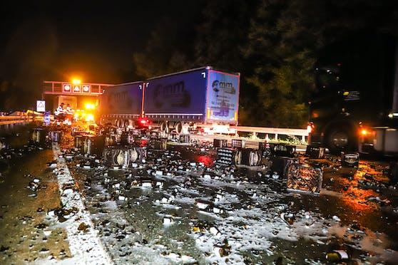 Ein Lastwagen hat auf der deutschen A45 unzählige Bierkästen verloren (13. Oktober 2020).