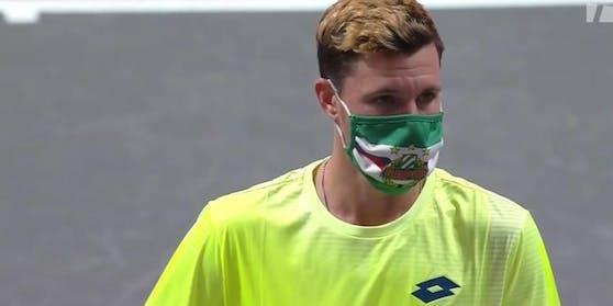 Dennis Novak kam mit einer Rapid-Maske auf den Platz.