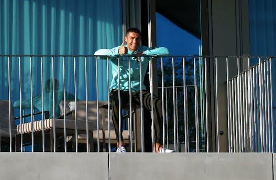Cristiano Ronaldo beruhigt seine Fans, der Daumen zeigt nach oben.