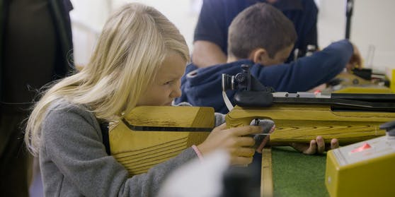 Im Schützenverein von Polizist Josef Kohzina können Kinder ab drei Jahren lernen, mit einem Jagdgewehr umzugehen.
