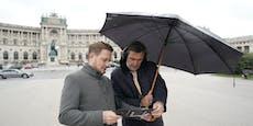 Mit Kopfhörern auf Zeitreise am Wiener Heldenplatz