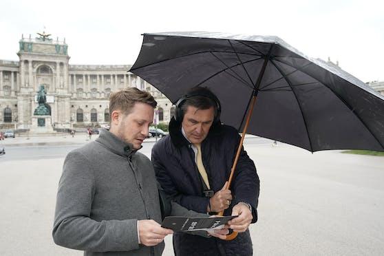 Stadtrat Peter Hanke (re.) testeteSONIC TRACES Heldenplatz