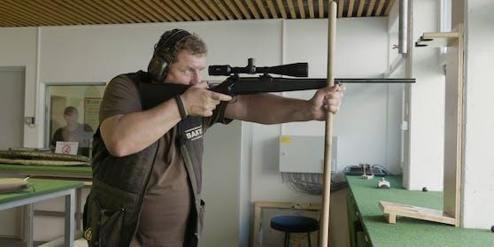 Josef Kohzina ist begeisterter Jäger. Im niederösterreichischen Mistelbach veranstaltet er alljährlich einen Schießwettbewerb.