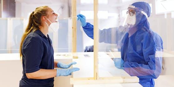 Schnelltests gelten als wichtiger Baustein der Teststrategie, weil sich damit an Ort und Stelle und ohne medizinisches Fachpersonal feststellen lässt.