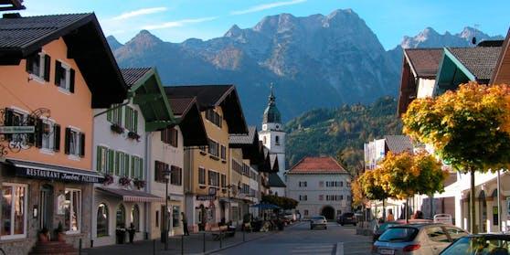 Der Marktplatz von Kuchl mit dem Freieck (Göllmassiv) im Hintergrund
