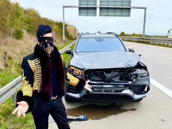 Star-Designer Harald Glööckler vor seinem zerstörtem Auto: Sein Wagen war auf der Autobahn gegen einen Lastwagen geknallt.