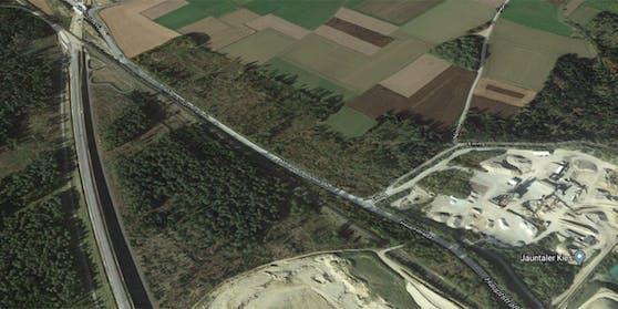 Kurz vor dem Ortsgebiet Mittlern kam das Fahrzeug aus bislang unbekannter Ursache rechts von der Fahrbahn ab und prallte frontal gegen einen Baum.