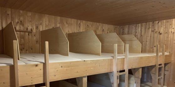 Matratzenlager mit Trennwänden in der Lizumer Hütte, Tuxer Alpen (Tirol)