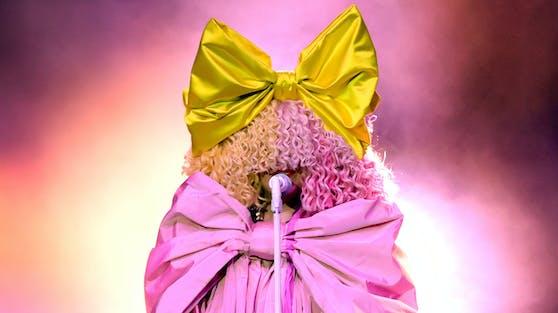 """Sia sorgte mit ihrem Outfit bei den """"Billboards Music Awards"""" für Aufsehen."""