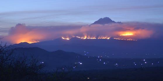 Der Kilimandscharo steht in Flammen