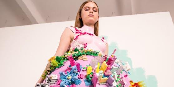 Egal ob Post-Uniform oder Lego-Kleid: Designerin Marina Hoermanseder schreckt vor nichts zurück