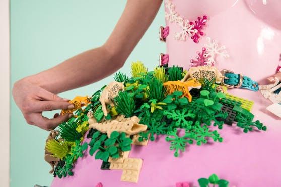 """Für die neue Lego-Kampagne """"Rebuild the World"""" entwirft die österreichische Modedesignerin Marina Hoermanseder ein Lego-Kleid."""