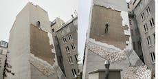 Sturm über Wien deckt Fassade von Wohnhaus ab