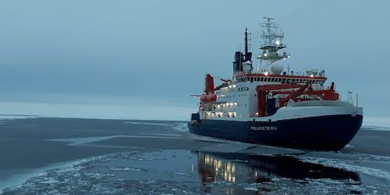 """Die """"Polarstern"""" trieb angedockt an eine Eisscholle durchs Meer."""