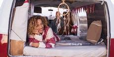 Frau zieht in ihr Auto, zeigt ihr Leben auf TikTok