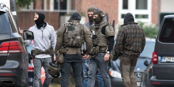 Spezialeinsatzkräfte vor der JVA Münster