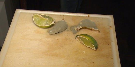 Ein Grazer Nachtlokal pfeift auf Hygiene und Sauberkeit: Auf einem dreckigen Schneidbrett schimmeln Limetten fröhlich vor sich hin.