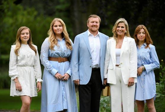 König Willem-Alexander mit seiner Frau Maxima und seinen drei Töchtern Catharina-Amalia, Alexia Juliana und Ariane Wilhelmina.