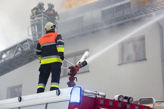 Bei einer weiteren Suche am Samstagnachmittag fanden die Einsatzkräfte eine stark verkohlte Brandleiche. Es dürfte sich um die Hausbesitzerin handeln. (Symbolbild)