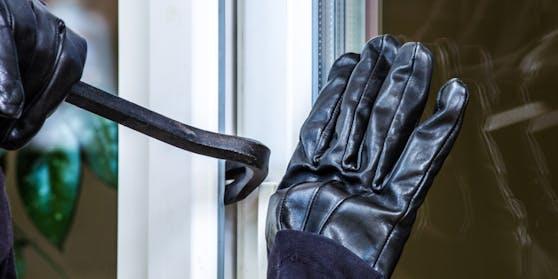 Ein 66-Jähriger wurde in der Silvesternacht auf frischer Tat ertappt, als er gerade versuchte, mit einem Brecheisen in eine fremde Wohnung einzubrechen.
